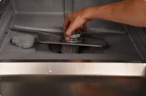 Enlever le filtre pour nettoyer son lave-vaisselle : étape 2